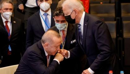 مستشار أردوغان عن الصورة المهينة: تعبر عن نضال رئيسنا