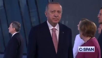 جهل أردوغان بالإنجليزية جعله تائهًا يتبع حركة الآخرين.. فيديو من قمة الناتو