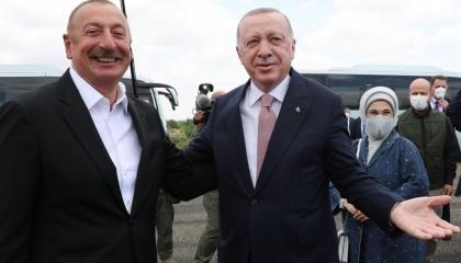 بالصور.. أردوغان وزوجته يصلان أذربيجان تمهيدًا لتوقيع اتفاقيات جديدة