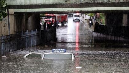 أمطار كثيفة تغرق شوارع إسطنبول