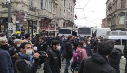 الشرطة التركية تعتدي على مسيرة للاحتجاج على مهاجمة مقر «الشعوب الديمقراطي»