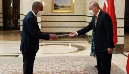 أردوغان يستقبل سفير جمهورية روندا لدى أنقرة