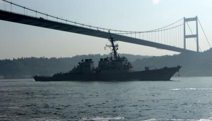 سفينة حربية أمريكية تعبر مضيق البوسفور في اتجاه البحر الأسود