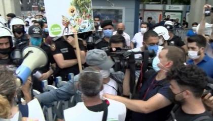 الشرطة التركية تعتدي على مسيرة سلمية احتجاجًا على مشروع قناة إسطنبول
