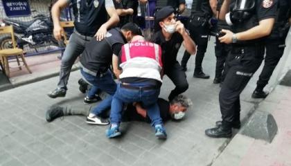 جورج فلويد جديد في تركيا.. شرطة إسطنبول تعتقل مصور وكالة فرانس برس (صورة)