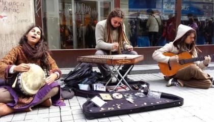 بتحريض من أردوغان.. الشرطة التركية تمنع الطلاب من عزف الموسيقى بمترو مرمرة