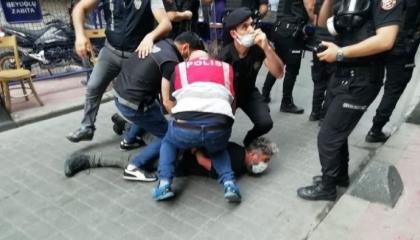 تركيا تبرر سحلها واعتقالها لمراسل «فرانس برس»: خالف التعليمات وقاوم الشرطة