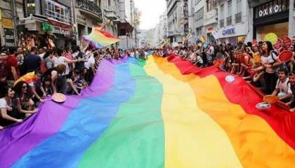 وصلة رقص تشعل مسيرة المثليين في إسطنبول