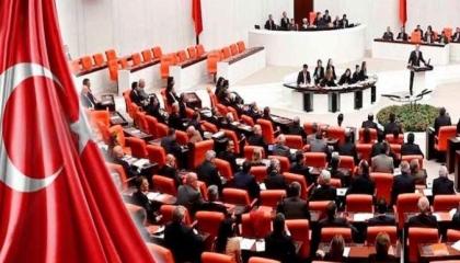 البرلمان التركي يصدق على تمديد حالة الطوارئ لمدة عام واحد