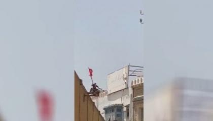 بالفيديو.. إخوان «النهضة» يلقون مواطنًا تونسيًا من فوق مبنى بالقيروان
