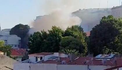 حريق هائل بمقر السفارة الروسية بإسطنبول.. فيديو