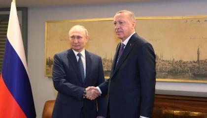 أردوغان يشكر بوتين لمساهمته في محاولة السيطرة على حرائق تركيا