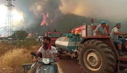 حريق بغابات محافظة بالكسير التركية والحكومة ترسل 3 مروحيات و15 سيارة إطفاء