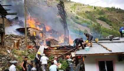 تفحم 10 منازل في حريق هائل بأرتفين التركية