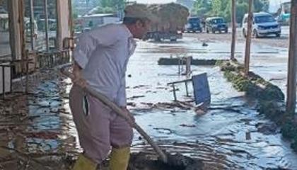 الفيضانات تجتاح مدينة فان التركية والمياه تغمر الأحياء السكنية والمحال