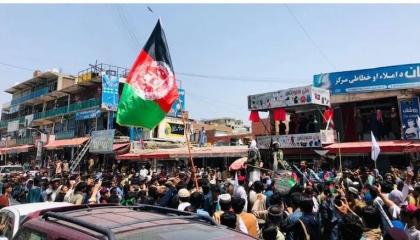 «طالبان» تفتح النار على حشد من المواطنين في ميدان عام.. شاهد الفيديو