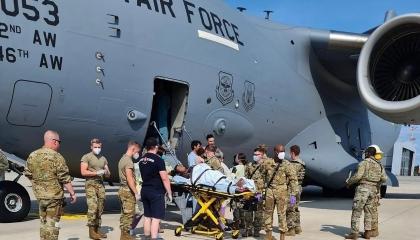 لاجئة أفغانية تلد داخل طائرة إجلاء أمريكية.. شاهد الفيديو