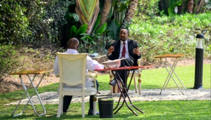الرئيس الأوغندي يستقبل آبي أحمد في زيارة مفاجئة (صور)