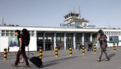 أول طائرة تجارية تهبط في مطار كابول منذ الانسحاب الأمريكي
