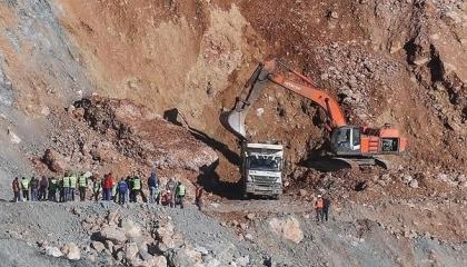 عامل تركي يحطم 6 سيارات نقل عملاقة لتأخر صرف راتبه.. شاهد الفيديو