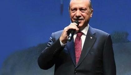 شاهد أردوغان يؤدي أغنية رومانسية أمام مؤيديه من الشباب (فيديو)