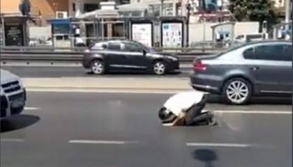 الصلاة في منتصف الشوارع.. أحدث صيحات الموضة التركية