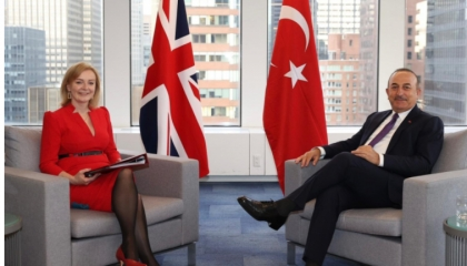 وزير الخارجية التركي يناقش مع نظيرته البريطانية القضايا الإقليمية