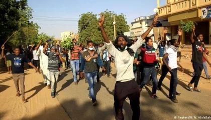 محتجون سودانيون يغلقون خطين لتصدير واستيراد النفط