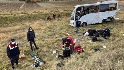 إصابة 12 شرطيًا في انقلاب حافلة بمدينة قسطموني التركية