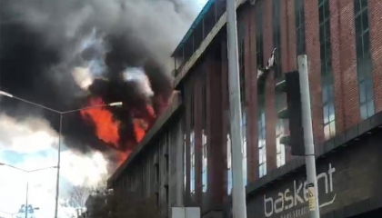 بالصور.. اندلاع حريق ضخم في أحد بنوك أرضروم التركية