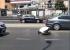 شخص يصلي بمنتصف الشارع
