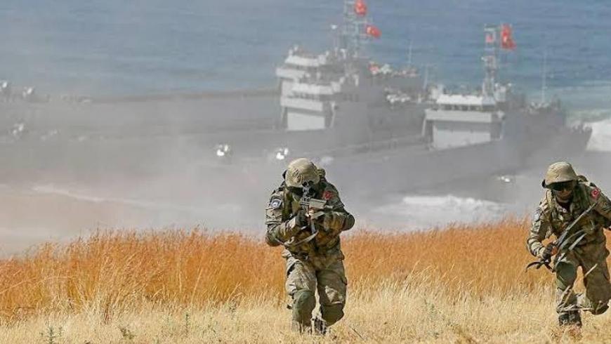 تقوم القوات البحرية التركية بحماية السفن المدنية التركية التي تهرب الس