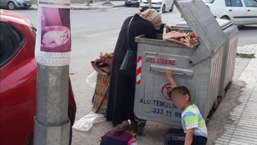 سيدة تركية تأكل من القمامة