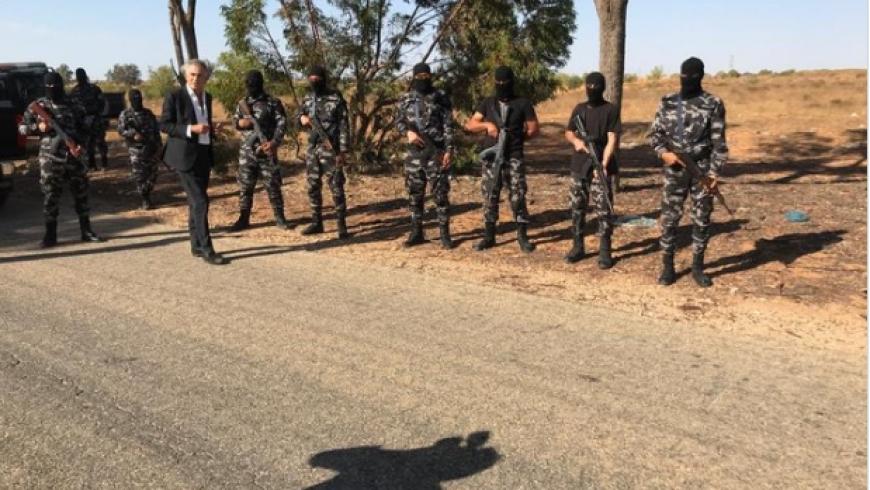 المفكر الصهيوني بيرنارد ليفي بين الشرطة الليبية