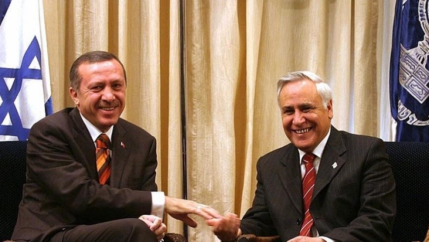 أردوغان مع الرئيس الإسرائيلي موشيه كاتساف