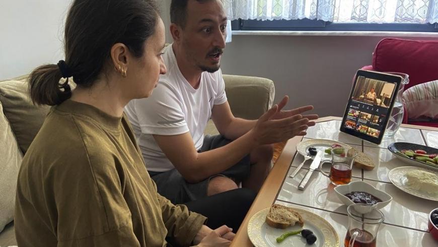 زوجان أتراك يشاهدان فيديوهات زعيم المافيا