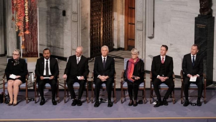 آبي أحمد ، الثاني من اليسار ، مع أعضاء لجنة جائزة نوبل