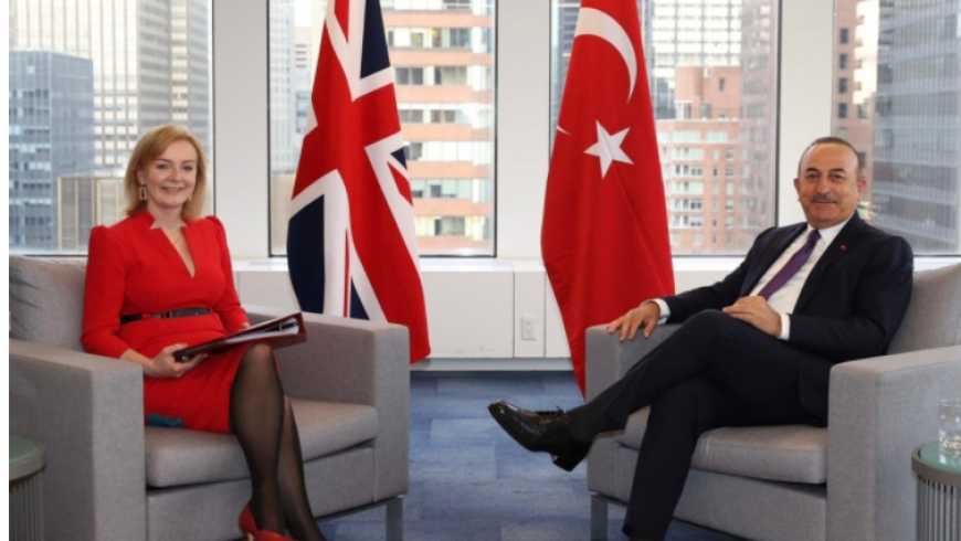 وزير الخارجية التركي ووزيرة الخارجية البريطانية