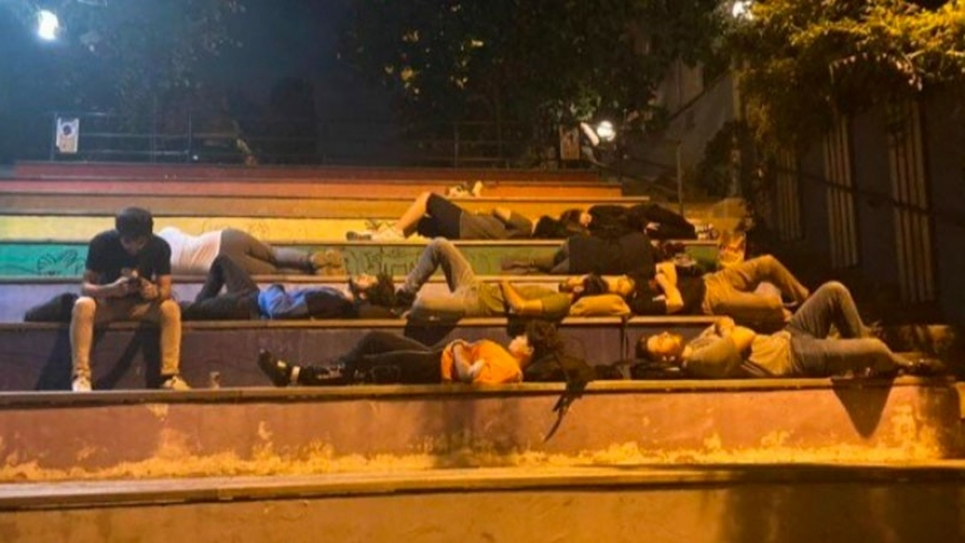 الطلاب الأتراك ينامون بالشوارع