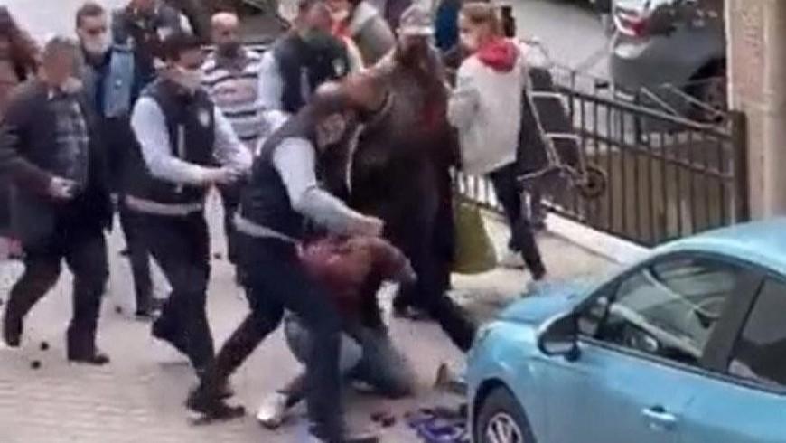 مشهد من لحظ اعتداء الشرطة على بائع فاكهة