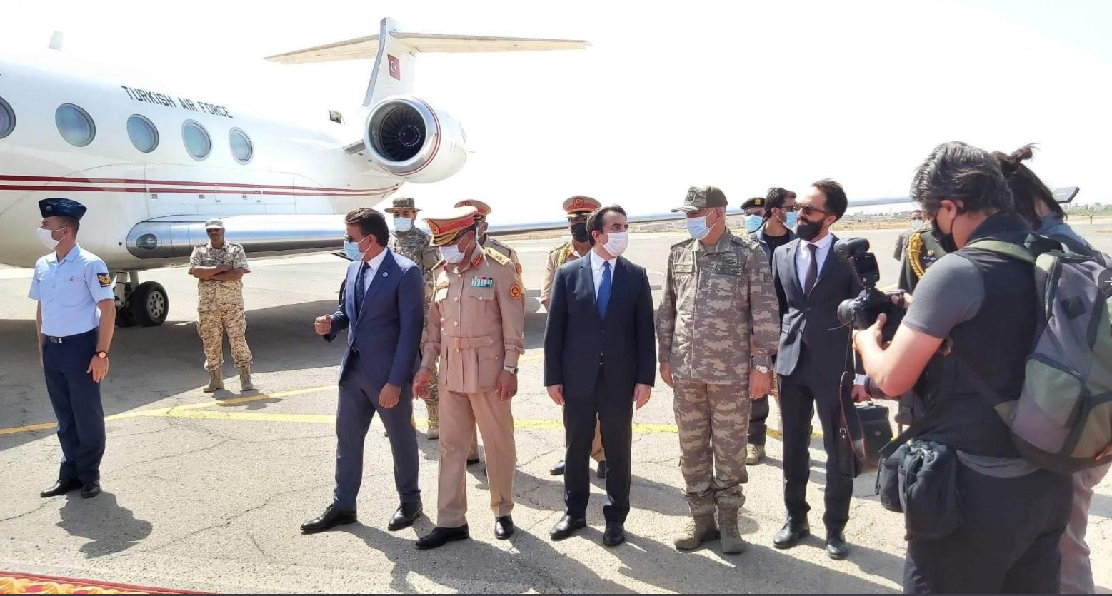 وزير الدفاع التركي خلوصي اكار ونظيره القطري