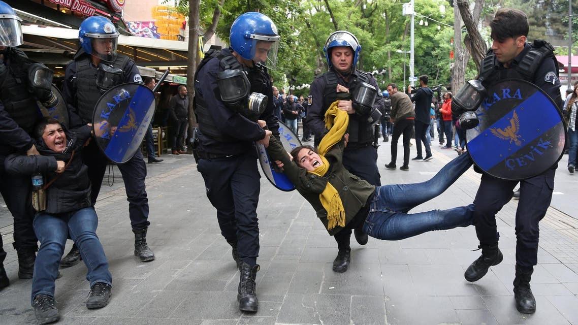 الشرطة تعتقل أم برفقة طفلها