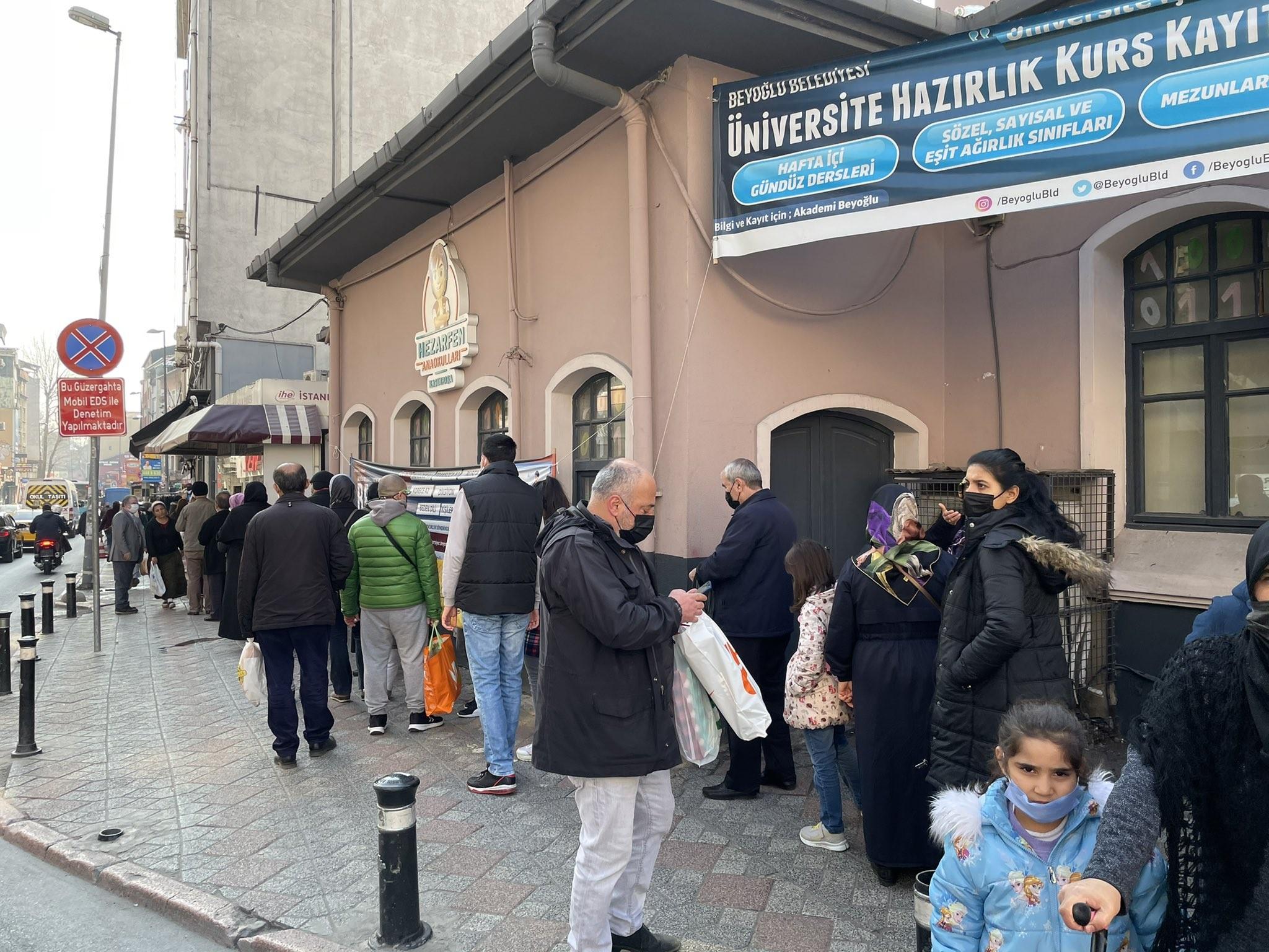 اصطفاف المواطنين في تركيا للحصول على رغيف الخبز