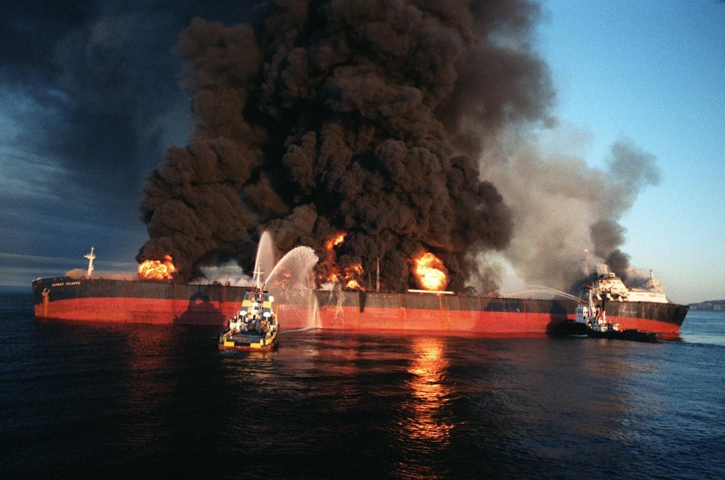سفينة سنغافورية مشتعلة
