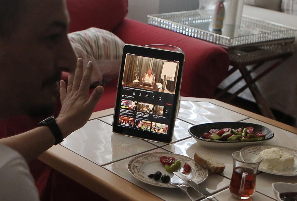 زوجان أتراك من مساهدة فيديوهات زعيم المافيا